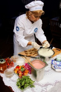 1.Agnieszka Filiks, Kulinarny Ambasador Bielucha, przygotowuje specjały na przybycie piknikowych gości