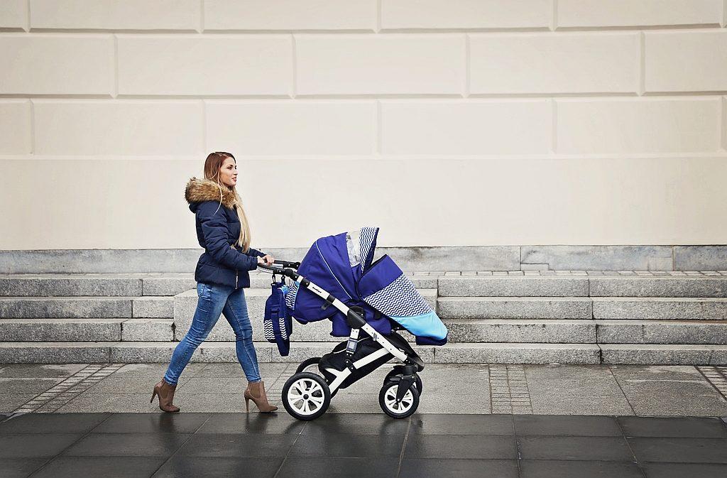 Mama wie lepiej: Kiedy można przesadzić malucha z gondoli do spacerówki