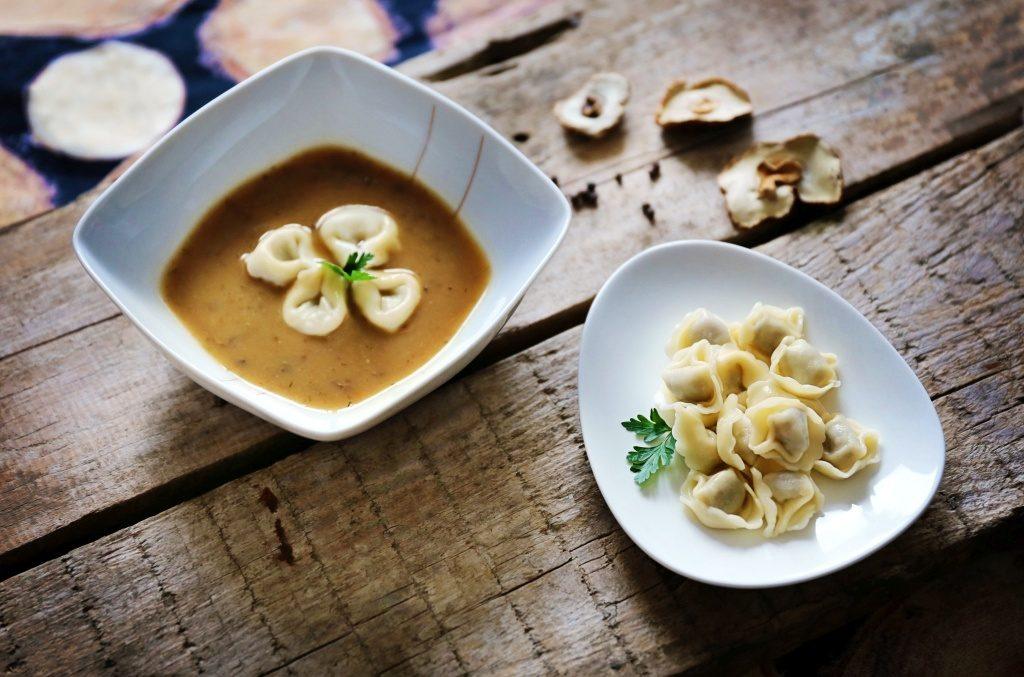 Zupa grzybowa nie tylko od święta!  Przepis na aromatyczną i sycącą zupę grzybową z pysznymi, aromatycznymi uszkami wypełnionymi grzybami
