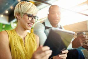 Technologia cyfrowa niszczy wzrok! Dowiedz się, co to jest cyfrowe zmęczenie wzroku i czy dotyka również Ciebie.