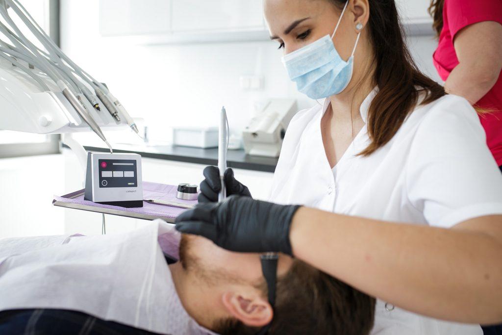 Zapytaj stomatologa: Jak leczyć zęby bez bólu? Poznaj nowoczesne możliwości komfortowego oraz bezbolesnego leczenia zębów i pozbądź się raz na zawsze strachu przed dentystą.