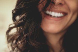 Zapytaj stomatologa – Białe zęby i piękny uśmiech  – Dowiedz się czy wybielanie zębów jest bezpieczne, jakie metody są skuteczne i czy można wybielić zęby w domu?
